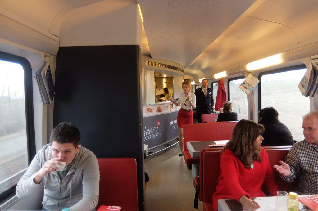 ウィーン-プラハ高速鉄道の食堂車